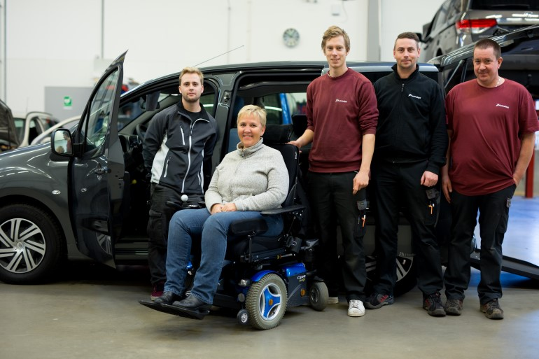 The whole gang gathered. From the left: Micke from Woodstar Mobility, Lise our lovely customer and our technicians Andreas, Fredrik and Jörgen.