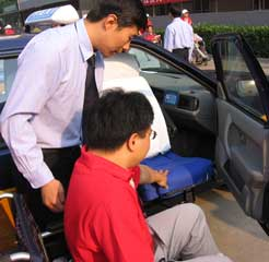 In the barrier-free taxies, there are special seats for the disabled that can rotate, which is quite convenient for the disabled to get in the car.