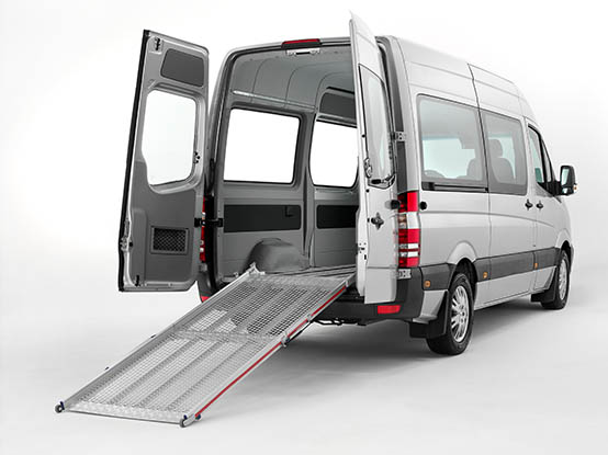 Aluminium tailboard ramp for wheelchairs in a vehicle